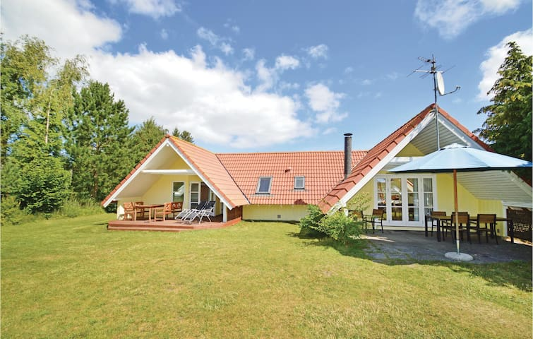 Holiday cottage with 4 bedrooms on 115m² in Stege