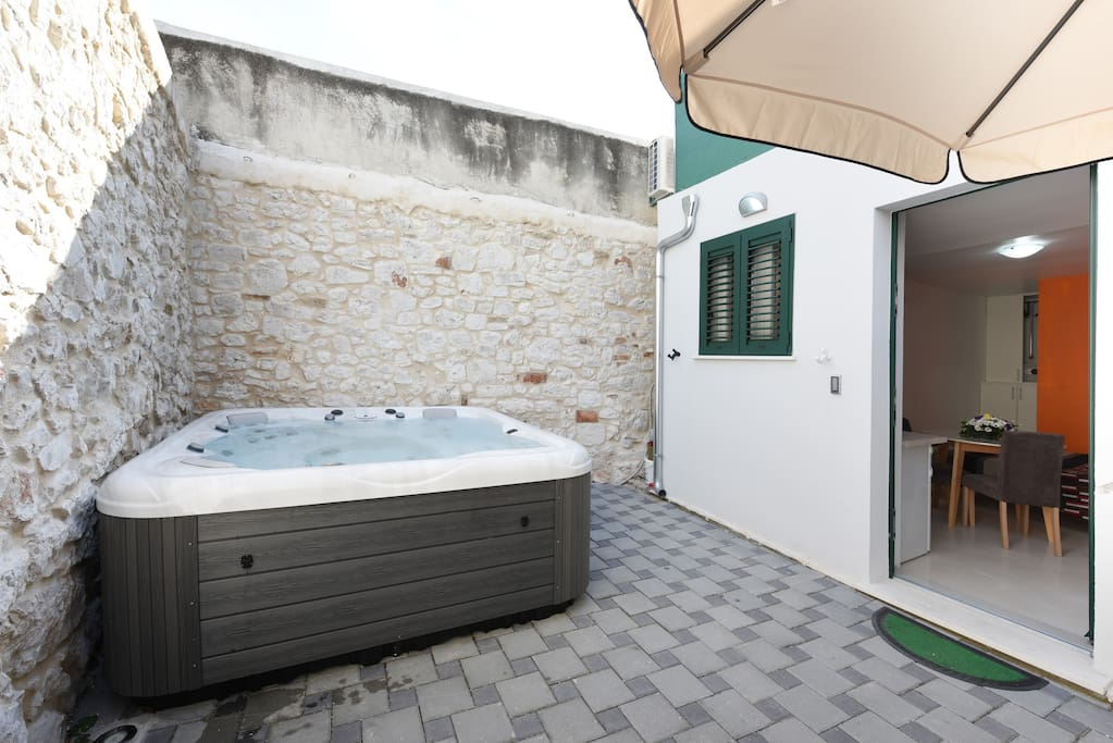 Jacuzzi and entrance to studio