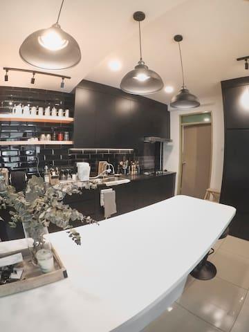 舒适简约民宿 Staying at cozy minimalist space (免费接机提前预约)