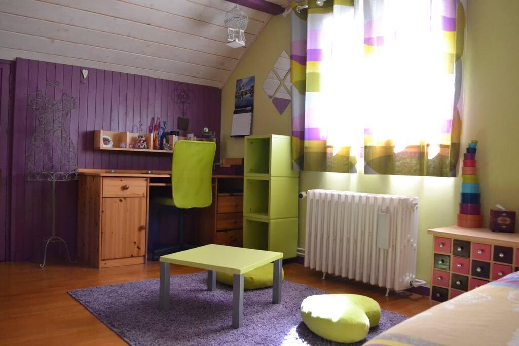 Chambre 1 avec 1 lit 2 places, bureau, commode, penderie et coiffeuse.