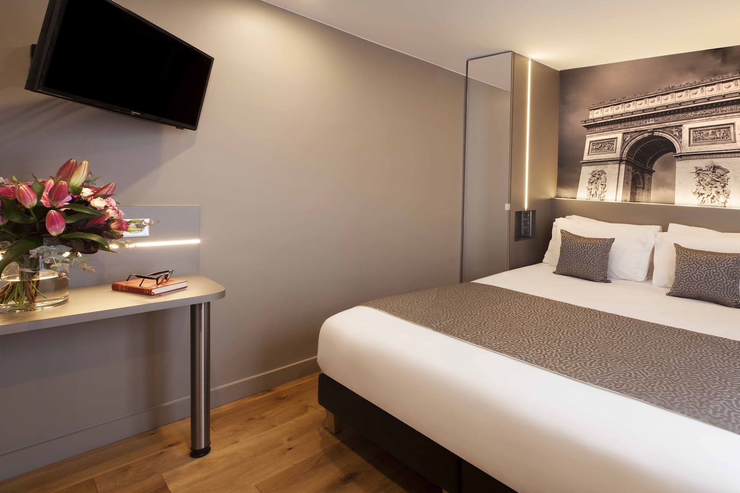 A comfortable room in the heart of Paris