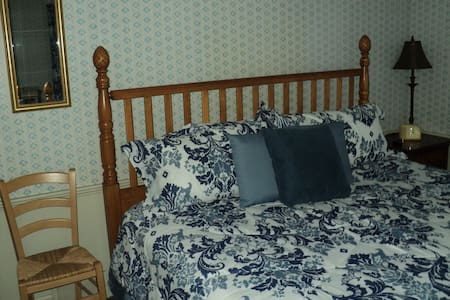 Pineapple Point Inn - Blue bedroom - Youngstown