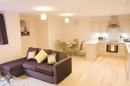 New Town Centre 2 Bed Apartment *FREE PARKING* - Stevenage - Leilighet