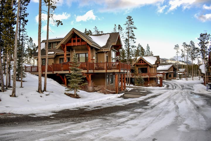Family-style mountain cabin with a private hot tub, close to the ski slopes!