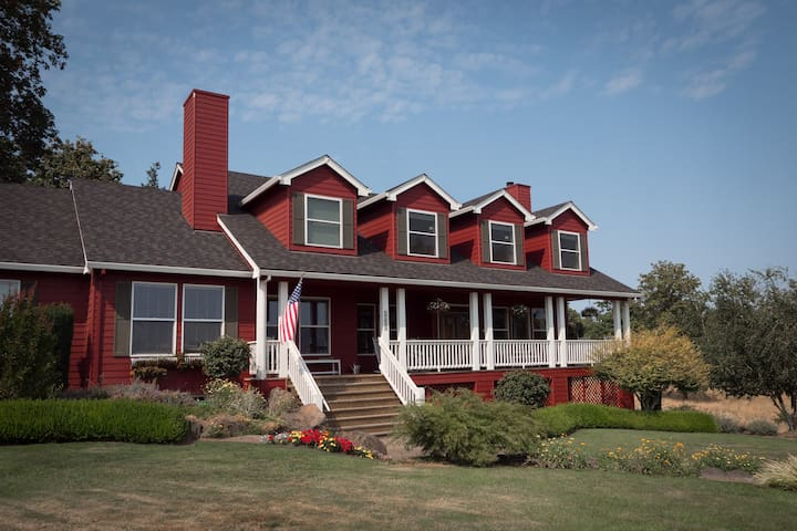 "Bed & Breakfast, Vineyard Views - ""Grace Room"""