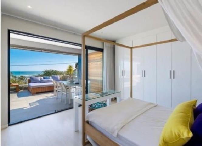 CAMPS BAY LUXURY HUMMINGBIRD SUITE IN MODERN VILLA