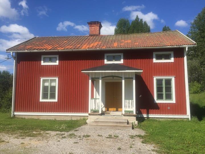 Lantgård med närhet till laxälv och Sundsvall.