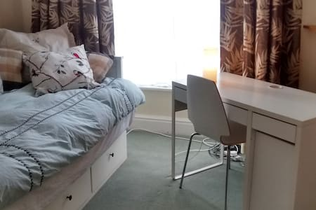 Single bed in downstairs room with study desk - Stafford - Rumah