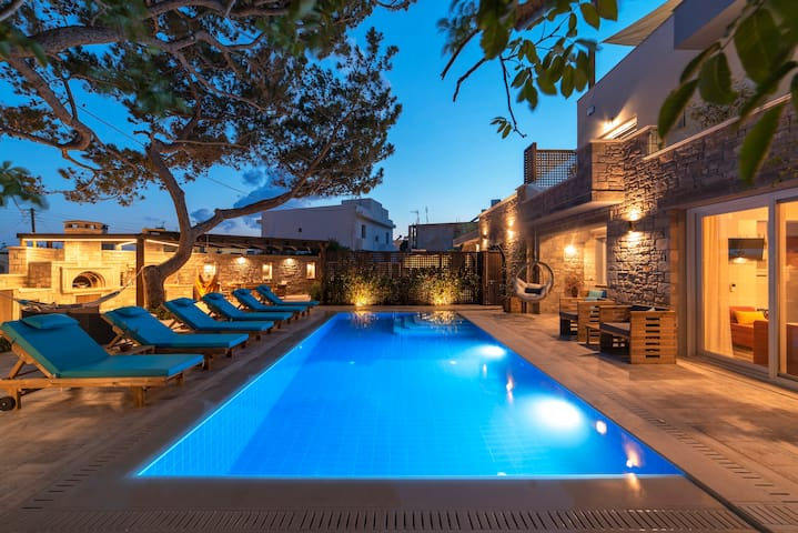 Luxury 9 bedrm villa with spa, heated pool, beach