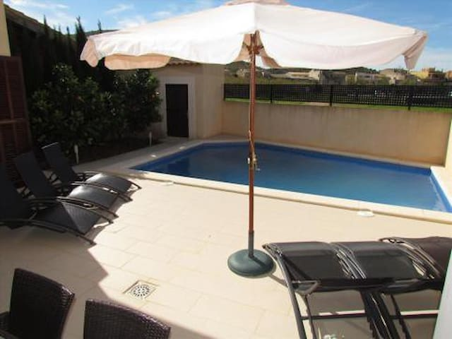 Single family home with swimming pool. Son Carrio - Balearen - Huis