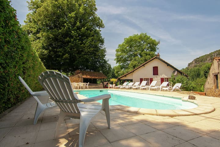 Cottage on an estate with a swimming pool in the middle of the Perigord.