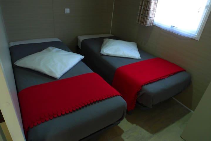 Chambres avec 2 lits côte à côte 190X80. Épaisseur 23cm
