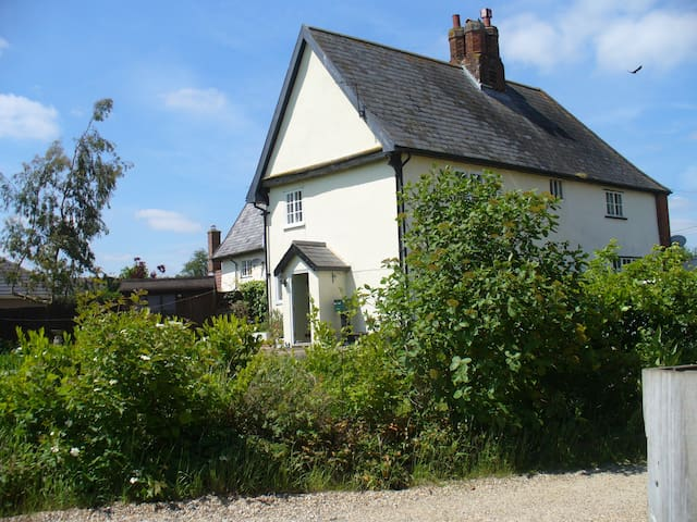 Beautiful 3 bedroomed cottage with stunning views - Stowmarket - Hus