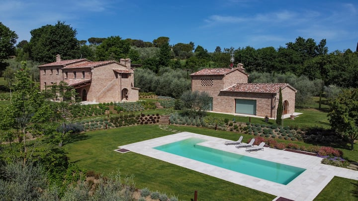 Villa Meraviglia Toscana, surrounded by olive trees