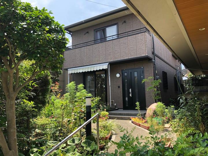 「民泊 ほたるの宿」築18年の2階建て住居1棟貸しです。緑あふれる庭に囲まれ普通の田舎暮らし体験を!