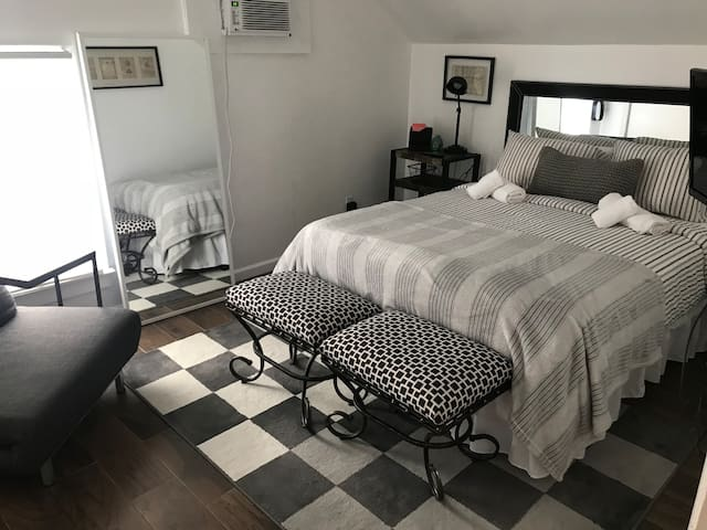 Cozy bedroom close to Yale Hospitals and Campus!