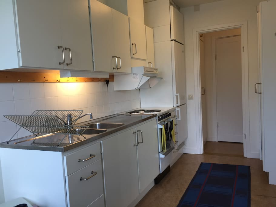 Fully sized kitchen with oven and 3 cooking plates