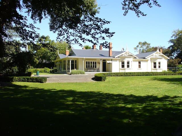 Oak Lane Lodge a Boutique, historic,Luxury Lodge - Morrinsville - Bed & Breakfast