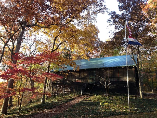 Turn of the century log cabin on the Osage River - Jefferson City - Cabane