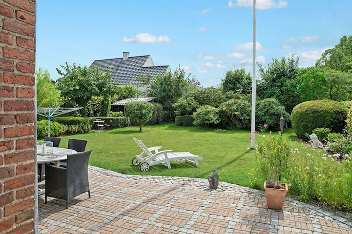 Gorgeous and spacious villa just north of CPH - Klampenborg - Casa