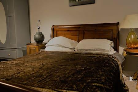 large bright comfortable basement flat - Timperley - 公寓