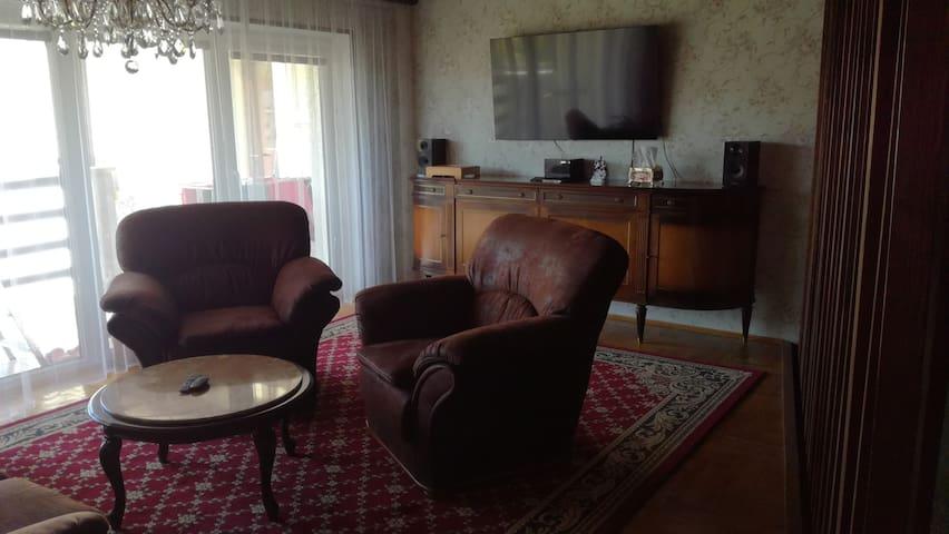 Sdílená relaxační místnost, a to převážně jen s dalšími hosty Airbn'b.