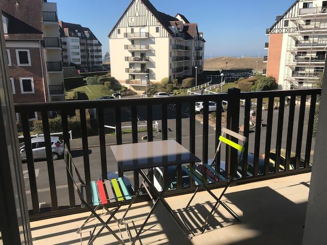 Deux pièces Wifi, grand balcon, accès direct plage