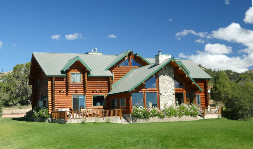 Alton Lodge/Spacious Log Home on 20 acres.