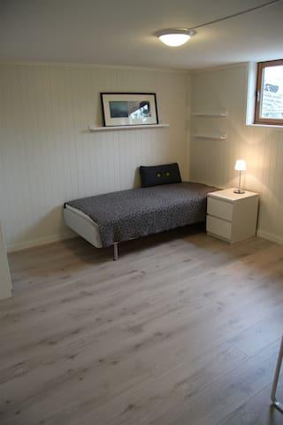 Soverom 1 - Enkeltseng på bildet, men nå 180cm dobbeltseng (2 enkeltsenger satt sammen). Mulighet for madrass på gulv.