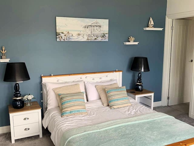 The Lost Beach House En-suite room, king size bed