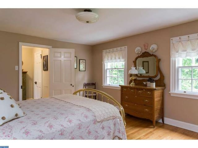 Charming private bedroom/bath; Wooded View. - Glenside
