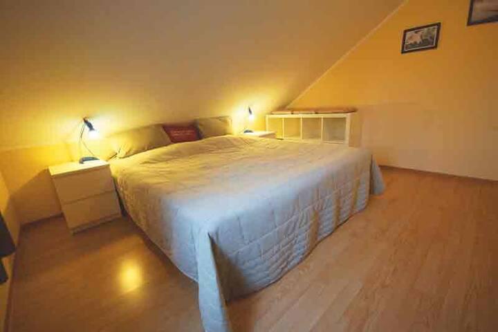 Schlafzimmer mit Wasserbett und Kleiderschrank