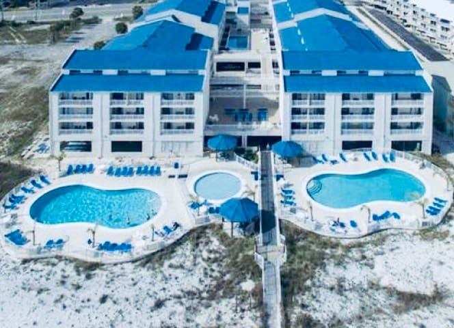 Beachside Studio, 3 Pools, Partial Gulf View!