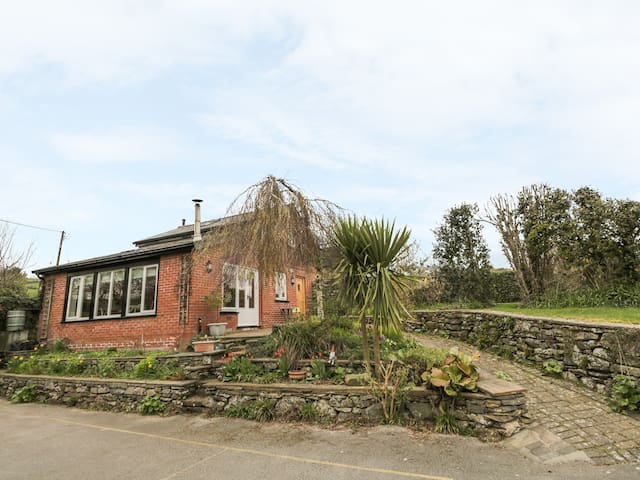 BECK COTTAGE, romantic, with open fire in Pennington, Ref 27034