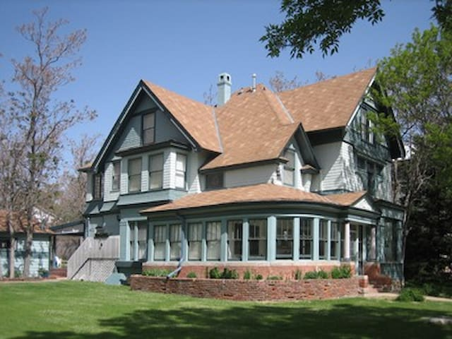 High end Modern Victorian with Parklike yard - Pueblo - House