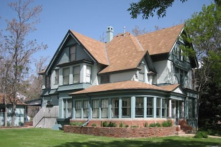 High end Modern Victorian with Parklike yard - Pueblo - Ev