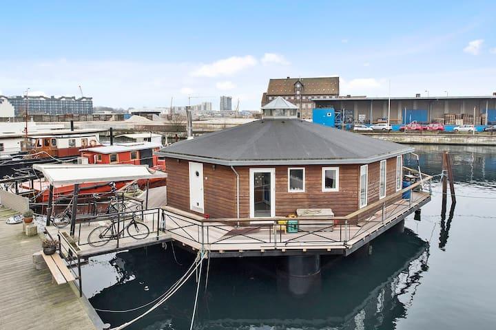 Cosy houseboat near the city center.