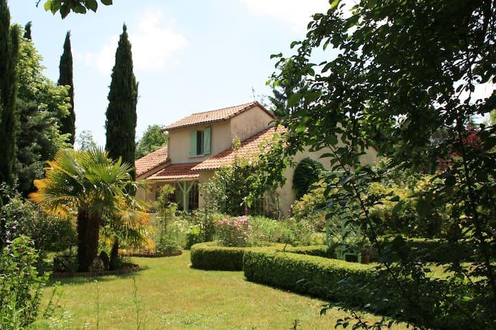 Maison avec grand jardin ( 3200 m )à Tercé