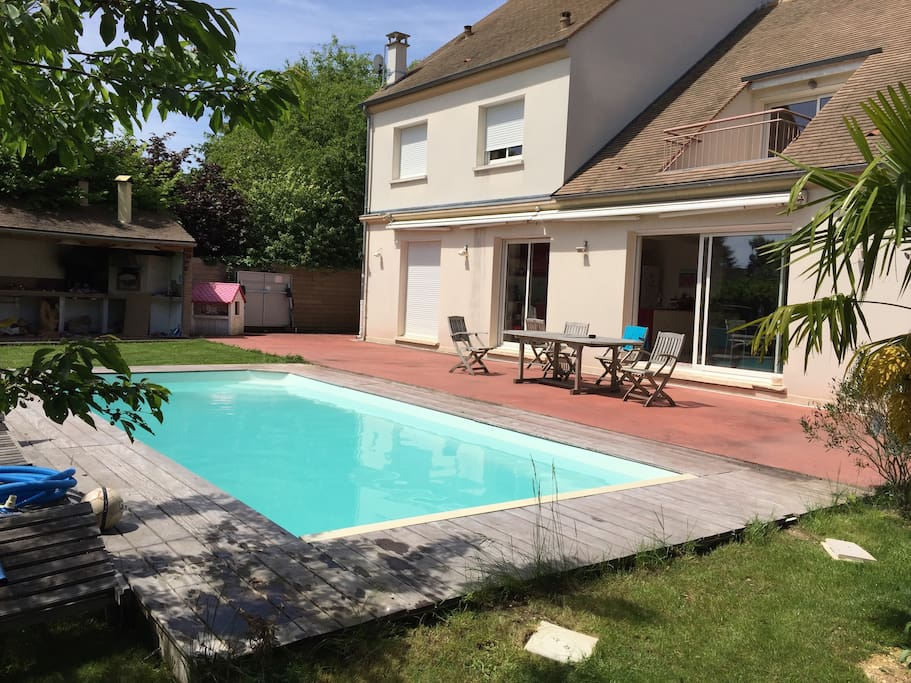 Chambre dans belle villa proche de paris houses for rent for Piscine nocturne paris