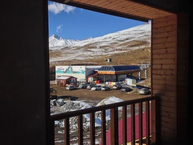 Двухэтажные апартаменты с видом на канатку и горы! - Gudauri - Lägenhet