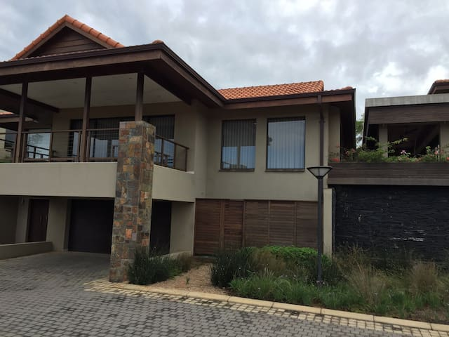 Superior quality and spacious apartment - Zimbali - Hus