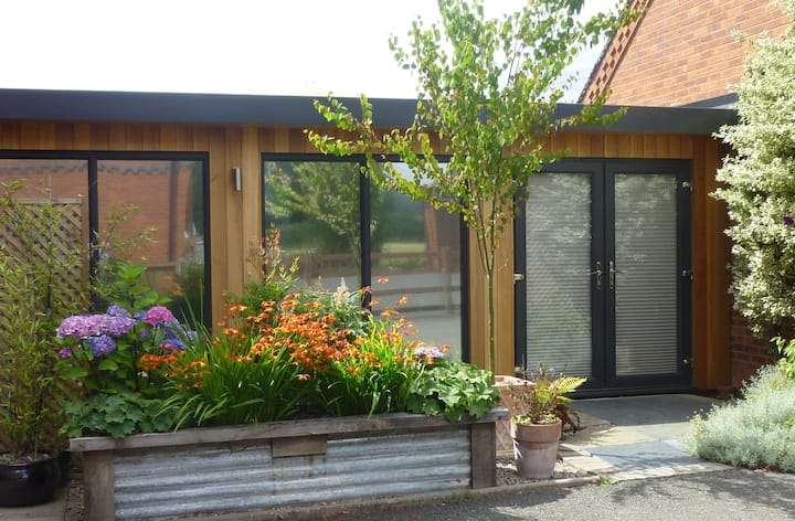 Couple's Getaway: modern, rural 1BD studio annexe