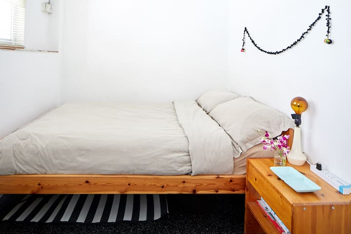 Bright room queen bed your whole flat every night