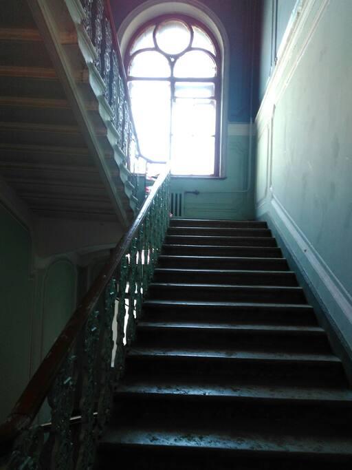 Парадная лестница снизу вверх