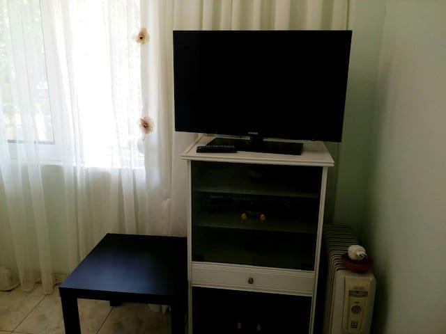 Τα υπνοδωμάτια έχουν τηλεορασεις επίπεδης οθονης ( 32'')