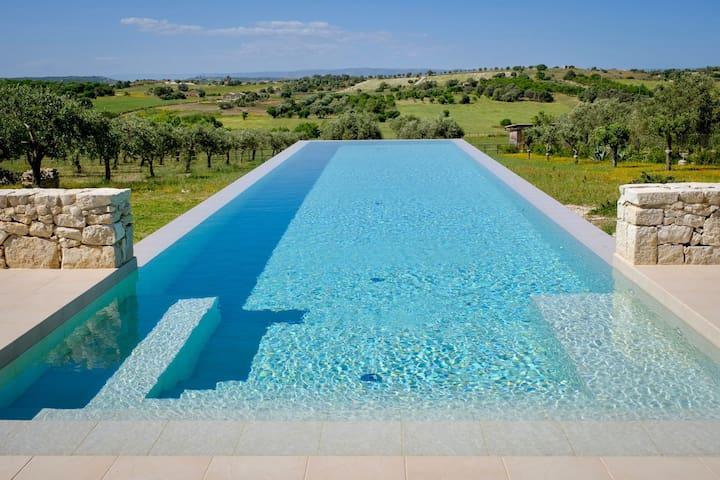 Infinity Pool, Ruhe, stielvoll