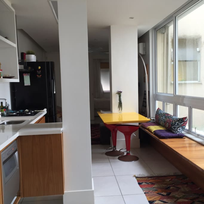 Sala e cozinha . Cozinha com : liquidificador , máquina de lavar louça , geladeira , freezer e tanque