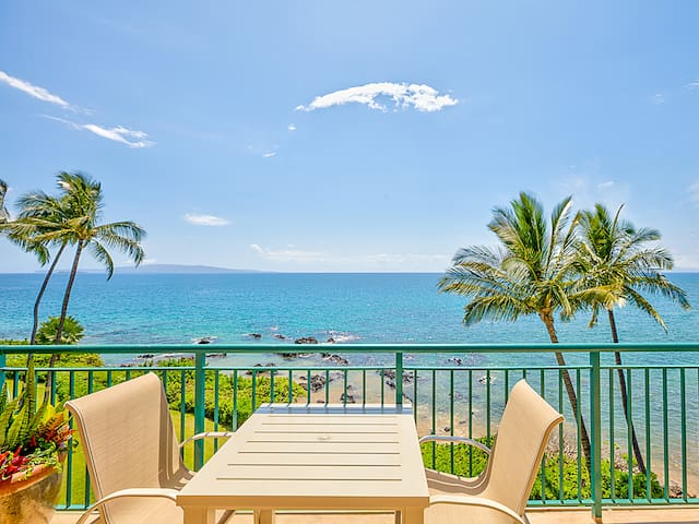 Ocean view from the dining area of the lanai of the penthouse faces west toward the islands of Molokini and Kahoolawe