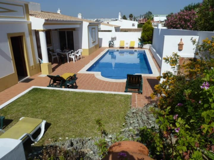 Albufeira, Guia 3 Bedroom Villa with Private Pool.
