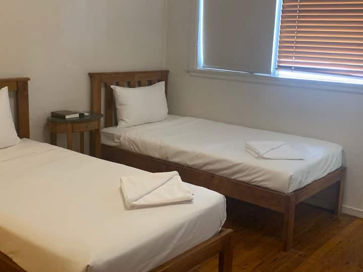 Burwood B&B - 3 Bed Ensuite with Free Parking
